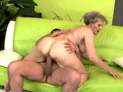 Mature amateur granny pussy fucked by a guy HD