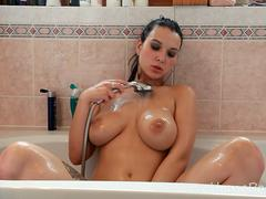 A naughty bath with a kinky amateur girl